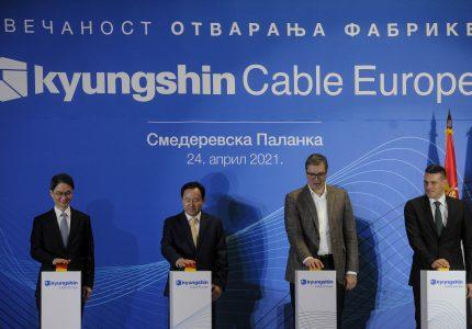 Smederevska Palanka, 24. aprila 2021.-Korejska kompanija Kyungshin Cable danas je u Smederevskoj Palanci otvorila fabriku u kojoj ce proizvoditi delove za baterije elektricnih vozila visoke tehnologije, za evropsko trziste.Otvaranju fabrike prisustvuje predsednik Srbije Aleksandar Vucic.Svecanosti povodom pustanja u rad proizvodnog pogona prisustvuju i generalni direktor Kyungshin Cable Europe Jae-Keun Seo, ministarka privrede Andjelka Atanaskovic, ambasador Republike Koreje u Srbiji Hjong-can Ce i predsednik opstine Smederevska Palanka Nikola Vucen.FOTO TANJUG/ TARA RADOVANOVIC/ nr